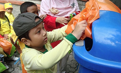 Mengajarkan Anak Agar Peduli Kebersihan Rumah dan Lingkungan